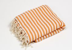 Diese wunderschöne Hamamtuch wird gerne als Tagesdecke oder auch als Saunadecke! Diese Wunderbare Decke ist aus 100 % Baumwolle gefertigt.