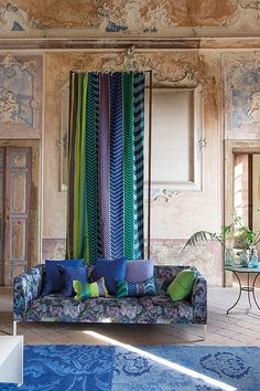 I can't say I'm crazy about the parts that look like mud leached out of the walls, but the wedgewood blue looking rubbed from all the centers... lovely. Telas y papel pintados. Designers Guild otoño 2014