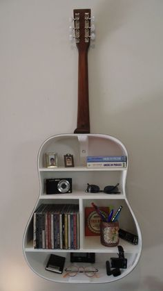 music musicphotography music music 🍾🙌 Turn bottles & jars into pieces of artwork! Love music and books? These creative floating bookshelves are for you. guitar shelf 8 More music room decoration ideas Running . Home Projects, Home Crafts, Diy Crafts, Guitar Shelf, Guitar Case, Guitar Storage, Guitar Wall Art, Diy Room Decor, Bedroom Decor