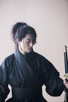 Квак Дон Ён совершенствует свой «блеющий взгляд» в дораме «Лунный свет, влекомый облаками»