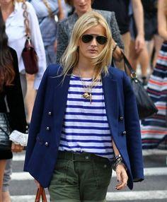Blusa listrada Nunca sai de moda. Invistas nas listras em cores mais clássicas como a branca + preto e a branca + azul-marinho. Você pode criar um look super criativo com uma saia de onça ou um mais esporte com um jeans