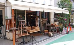 Vintage store J'antiques sells chic American clothing and furniture from its base in the Nakameguro shotengai (shopping street). Opened in 2005, it's run by Hitoshi...