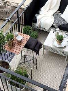 30 small cozy balcony garden ideas to see - Isabelle Style - Kleiner Balkon - Design Rattan Furniture Small Balcony Garden, Small Balcony Decor, Balcony Plants, Outdoor Balcony, Small Patio, Outdoor Decor, Balcony Gardening, Balcony Ideas, Terrace Ideas