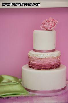 Torta di matrimonio con effetto ruffle e peonia, il tutto in sfumature di rosa antico