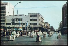 """Παρέλαση οδοκαθαριστών την Πρωτομαγιά, 1970s. Φωτογραφία από το βιβλίο του Διονυσίου Πανίτσα """"Ο άρχοντας του Πειραιώς""""."""