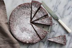 Torta Caprese (Chocolate and Almond Flourless Cake) Recipe on Cake Recipes Chocolate Almond Cake, Italian Chocolate, Chocolate Chip Cookies, Almond Cakes, Almond Meal Cake, Vegan Chocolate, Chocolate Recipes, Famous Desserts, 13 Desserts