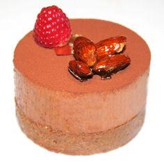 La Cuisine de Bernard: Les Croustillants Chocolat Framboises  Praliné croustillant: 400g de praliné en pâte -160g de chocolat au lait -60g de beurre doux -100g de gavottes écrasées   -500ml de crème fleurette entière -15g de sucre glace -300g de chocolat noir (j'utilise toujours le fabuleux Manjari de Valrhona!)   -250g de framboises fraiches -cacao en poudre