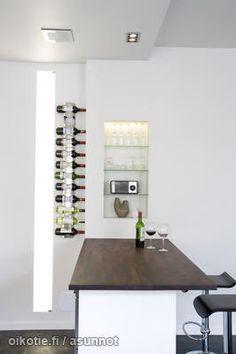 Built-in shelves with glass shelf boards / Seinään upotettu hyllykkö lasilevyillä