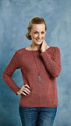 Kvinde i strikket sweater med mønstrede ærmer