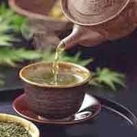 O Ginseng é uma raiz medicinal nativa da Coréia. É uma erva com vários benefícios para o nosso organismo, também conhecida como Raiz da Vida e da longevidade. Ginseng é uma erva de rejuvenescimento, que combate várias doenças, aumentando em muito a resistência do organismo e a capacidade mental. É um poderoso estimulante, regula o sistema nervoso e as funções sexuais, tem ação anti-fadiga ou anti-estresse. A raiz é retorcida e, muitas vezes, parece-se com o corpo humano.