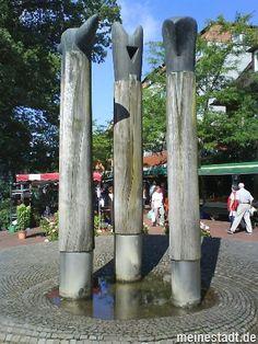 Der Stelenbrunnen auf dem Wochenmarkt