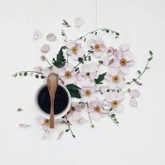 Happy weekend  . . #onthetable_project #its_my_week #adoremycupofcoffee #mystillsundaycompetition #fouriadorefriday #flatlay #aquietstyle #still_life_gallery #darlingweekend #postwhatmakesyouhappy #myseasonof_home #mycommontable #folk_scenery #summerflowers #meandmyeverydayvibes #flowermagic #blooming_petals #petal_perfection #inspiredbypetals #pinkblossom #anemone #stylingfun #stylingtheseasons #freepeople #interiørmagasinet #interior #botanicalpickmeup #mostlikedsummerpic…