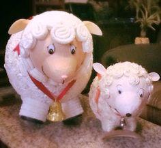 Ovejas de periódico, detalladas con papel crepe (oveja izquierda) y lazo (oveja derecha)