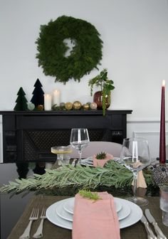 Interiørdesigner Rikke Bye-Andersen har skapt julestemning med klassisk oppdekking, granbar og utskiftning av klassisk knallrødt til fordel for roligere rosa- og burgundertoner. Arkivet.co er en digital markedsplass for interiørdesignere, hvor du kan få profesjonell planer for din oppussing😄 Følg @arkivetco for mer inspirasjon, tips og tjenester! #arkivet_co #arkivet #interiørarkitekt #interiørdesigner #interiørdesign #julebord #norskehjem #jul #julepynt #juledekorasjon #julestemning