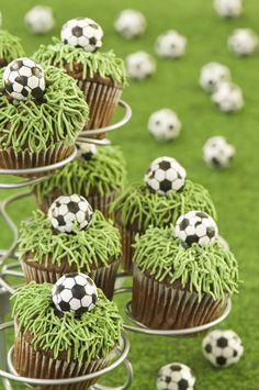 Girls Birthday Party Ideas - Girl Birthday Ideas - Great sports birthday ideas for girls! These soccer cupcakes are fabulous for a little sports star. Soccer Cupcakes, Cookies Cupcake, Soccer Cake, Girl Cupcakes, Soccer Party, Cute Cupcakes, Birthday Cupcakes, Sports Party, Soccer Theme
