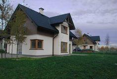 Elewacje Zuzzy: Grafitowe dachy, drewniane okna.