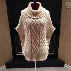 Aran cable-knit cowl poncho with buttons. Knitting Patterns Cowl here is a sweater This Pin was discovered by hya Sweater Knitting Patterns, Cardigan Pattern, Knitting Stitches, Knitting Yarn, Knit Patterns, Hand Knitting, Crochet Poncho, Knit Fashion, Ladies Dress Design