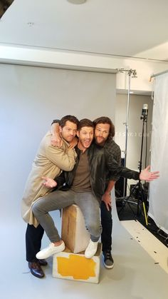 Jensen's finally as tall as them 🤣🤣🤣 Supernatural Pictures, Supernatural Wallpaper, Winchester Supernatural, Supernatural Seasons, Jensen And Misha, Jensen Ackles, Sam E Dean Winchester, Sam Dean, Winchester Brothers