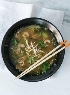 Recette de soupe asiatique aromatisée à la coriandre. Avec du bok choy, de l'ail, du sherry, du Sambal oelek, des champignons. Une recette aux parfums asiatiques.