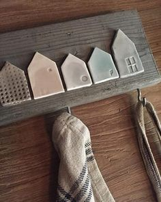 "appendino ""personalizzato"" legno di recupero + casette in ceramica POMPELMO-ROSA Wooden hanger ""made to measure"" + ceramic houses POMPELMO-ROSA Wood # Diy Clay, Clay Crafts, Diy And Crafts, Pottery Houses, Ceramic Houses, Clay Christmas Decorations, Pottery Classes, Clay Ornaments, House Ornaments"