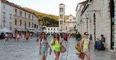 #Dalmácia Turistas passam em frente a catedral St. Stephen na cidade de #Hvar, na Croácia