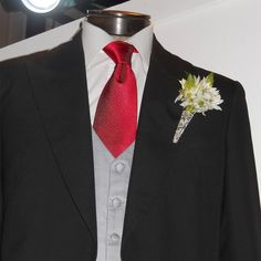 No podemos olvidar al otro protagonista del gran día ¡EL NOVIO!  Lo que para ellas es el tocado, para ellos es el boutonnière, el accesorio imprescindible del atuendo del novio - Don't forget the GROOM! He's just as important on the Big Day  The boutonniere is essential! They are beautiful and quite real looking  #AliciaFiligrana #AliciaDib #Boutonniere #Prendido #Corsage #GroomBoutonniere #Groom #Wedding #Bouquet #Flower #GroomStyle #TécnicaFiligrana #WeddingDay #FiligreeBoutonniere… Wedding Suits, Floral Tie, Instagram, Beautiful, Fashion, Forget, Fascinators, Outfit, Boyfriends