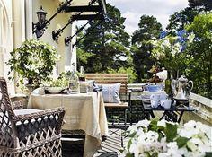 aménagement de terrasse de style rustique avec fleurs et meubles en bois