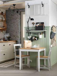 Une astuce pour optimiser l'espace dans une petite cuisine : on utilise les murs pour accrocher les accessoires et ustensiles. On peut même y accrocher une chaise comme dans cette cuisine IKEA !