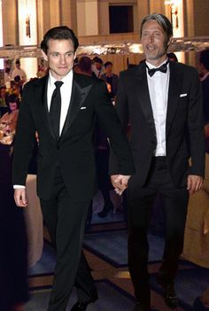 Will and Hannibal at a charity event to save stray dogs. Dishevelled Hannibal and clean-shaven Will… did they both lose a bet? Or it's simply a madancy manip but let's pretend it's not