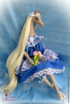 Полина. Текстильная интерьерная лошадка.. Текстильная лошадка Полина. порадует Вас в Вашем доме, а также послужит в качестве оригинального новогоднего подарка для Ваших близких и друзей.  Рост 55 см, имеется петелька для того, чтобы повесить на стену.