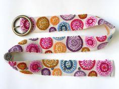 Este cinturón es un diseño único. Cada cinta es una obra única en su clase de la artesanía hermosa usando una versión contemporánea