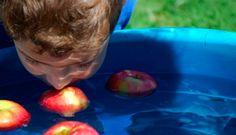 Apfel fischen: Dieses Spiel ist für Kinder ab 6 Jahre gut geeignet. Für dieses Spiel benötigt man große Schüssel mit Wasser und kleine Äpfel. Den Äpfeln müssen Sie ins Wasser legen, so dass die Äpfeln an der Oberfläche schwimmen. Dann müssen die Mitspieler nacheinander versuchen, mit dem Mund die kleinen Äpfeln heraus zu holen. Die Hände sollen unbeweglich bleiben. Jedes Mal sollen Sie die Zeit messen. Der Gewinner ist, der am schnellsten geschafft hat.