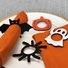 Frighten your family or guests this Halloween with these spooky Halloween napkin rings! Easy way to add some haunted fun to your October table. Spooky Halloween, Halloween Party, Halloween Decorations, Holiday Decorations, Halloween Ideas, Rustic Wall Shelves, Rustic Walls, Rustic Napkin Rings, Orange Spider