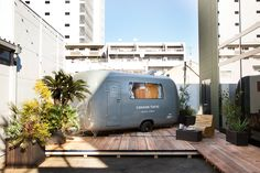 Outside the caravan is a secluded deck with a handcrafted wooden lounge, perfect for drinks on warm nights. This is a tranquil space where you can escape the hustle and bustle after a day of exploring Tokyo. Come here to enjoy the peace and quiet.