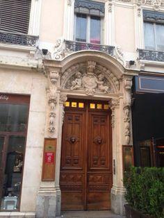 Лион. Офисное здание с красивым лепным порталом.