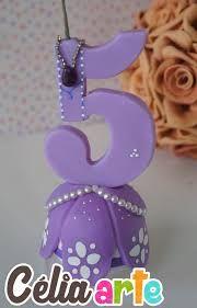 Resultado de imagem para vela personalizada de biscuit Fondant Numbers, Fondant Letters, Cake Lettering, 5th Birthday Cake, Chocolate Diy, Happy Birthday Candles, Sugar Craft, Fondant Figures, Miniature Crafts