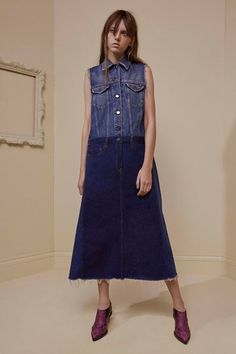 See the complete MM6 Maison Margiela Pre-Fall 2017 collection.