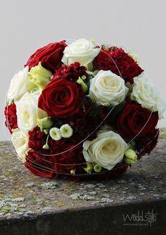 ♥♥♥ Brautstrauß mit roten und weißen Rosen. Floristik von #weddstyle. www.weddstyle.de/hochzeit-brautstrauss.html