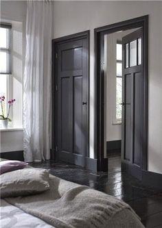 Prachtig effect, de wanden wit houden en de deur met deurpost in een donkergrijs verven. Let op dat ze hier ook de plint in dezelfde kleur hebben geverfd. In combinatie met een donkere vloer!