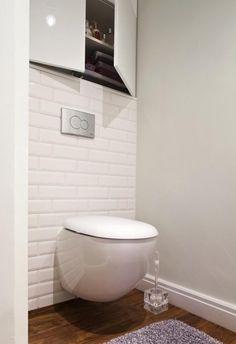 salle de bains blanche avec carrelage de sol imitation bois