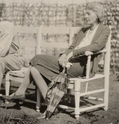 Virginia Woolf in the garden at Monk's House, 1931 Virginia Woolf, Leonard Woolf, John Nash, Duncan Grant, Vanessa Bell, Bloomsbury Group, Dorothy Parker, Writers Write, Writers