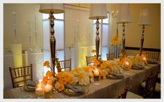 Fíjate como luce de bien una decoración en amarillo. Emplea este color de forma discreta acompañado de velas amarillas de esta forma se enfatiza el amarillo en todo el salón. La sensación es de un ambiente cálido muy agradable.