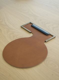 COMMA mouse pad, leather, brass, design Grégoire de Lafforest for Collection Particulière (contact@collection-particuliere.fr)