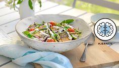Makrell er sommermat som smaker helt nydelig på grillen. I denne oppskriften grilles makrellen med cherrytomat og asparges, og komplimenteres med dressing til.