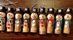 Wine cork snow man Christmas ornament. The hats are made from a wine cork too! #winecorkcrafts #winecorks