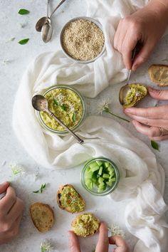 Houmous à l'ail des ours • recette de Confit Banane • Chou Kale, Cocktails, Food, Dressing, Banana, Cooking Recipes, Spices And Herbs, Wild Garlic, Craft Cocktails