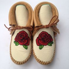 Beaded Rose Moccasins 🌹❤️ Moccasins, Espadrilles, Future, Rose, Fashion, Native American Art, Native Americans, Espadrilles Outfit, Moda