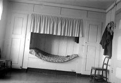 """DigitaltMuseum - Kammers i hovedbygningen med innbygd seng, klesskap på den ene sida, """"do"""" på den andre, på VESTRE BERG, FURNES i Ringsaker, FB2. 520. GNR. 254-6"""