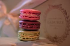 Delicious bite-sized treats with a flaky coating and creamy filling—macarons are the ultimate indulgence. Laduree is known worldwide for their incredible macarons and a new. Laduree Macaroons, French Macaroons, Profiteroles, Gyoza Bar, Croque Mr, Macaroon Box, French Patisserie, Pastry Shop, Chocolate