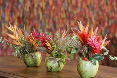 Nas mesas pelo salão, arranjos em coco verde com flores tropicais feitos por Marcinho Leme, da Milplantas. Beach Wedding Colors, Moana Party, Coco, Party Time, Anniversary, Baby Shower, Diy, Luau Party, Tropical Centerpieces